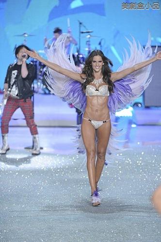 The Victoria's Secret Fashion Show (18).png