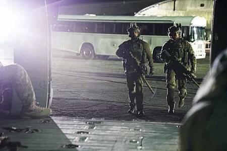 SEAL Team 1x22-02.JPG