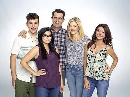 Modern Family S10 cast (21).jpg