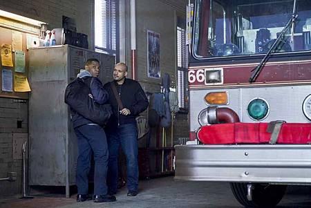 Chicago Fire 7x15交叉(17).jpg