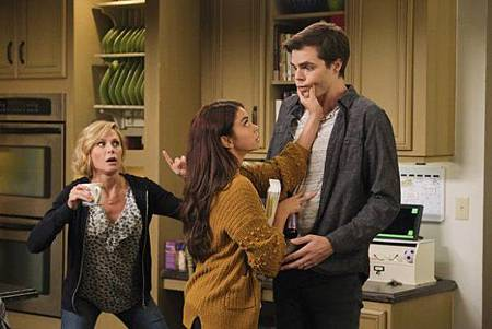 Modern Family 11x1 (3).jpg