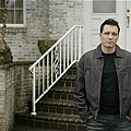 Lights_Out_S1_Holt_McCallany_002_tn.jpg