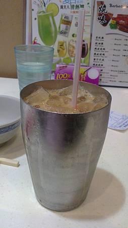 用鐵杯裝的特別冰