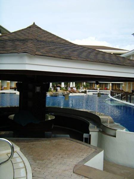 游泳池中的酒吧
