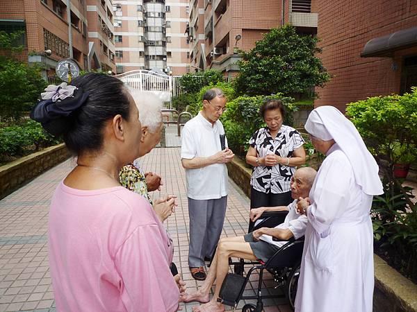 天主教神父修女為長者祈福 (3)