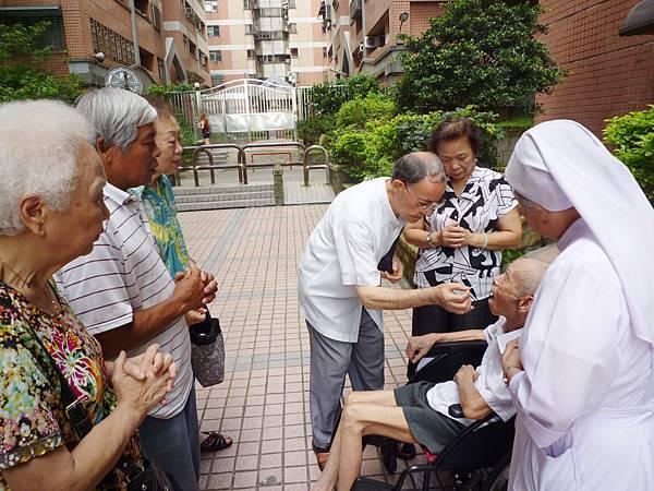 天主教神父修女為長者祈福