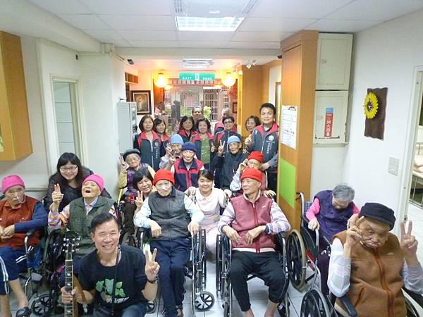 街頭藝人李老師用歌聲喚起懷舊時光