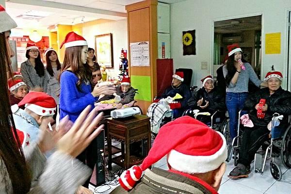 明新科大學生伴長者歡度聖誕節 (2)