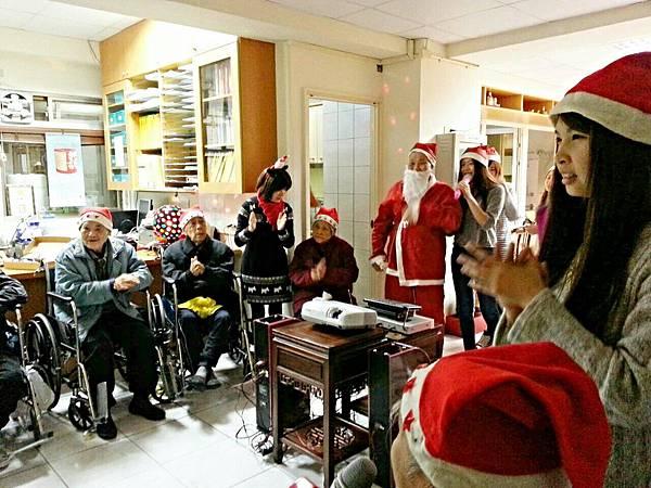明新科大學生伴長者歡度聖誕節 (4)