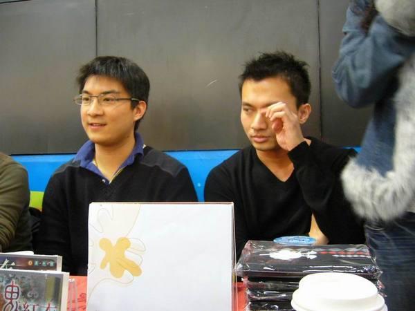 Lick Chen在揉眼