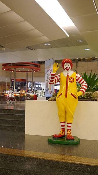 要找新航假期的櫃檯請往二航的麥當勞叔叔走過去就對了~就在旁邊