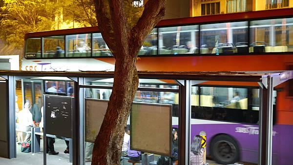 飯店門外就有公車站