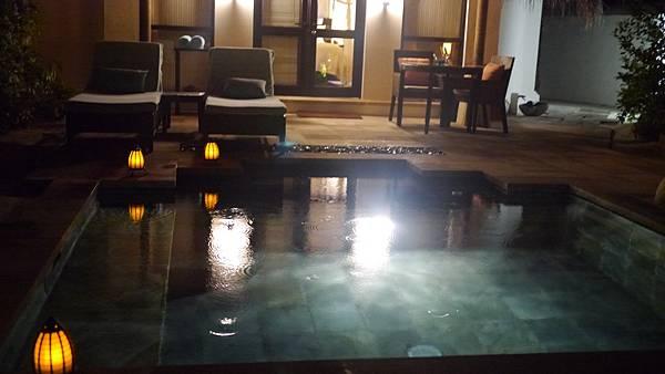 夜間的庭院泳池