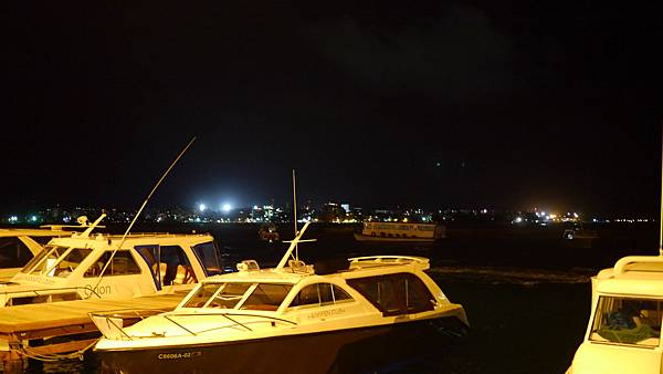 夜間的遊艇~我們要去搭飛機了
