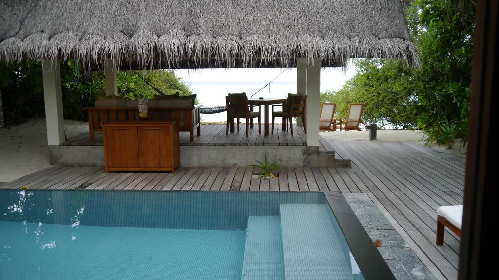 正常版的泳池與戶外區