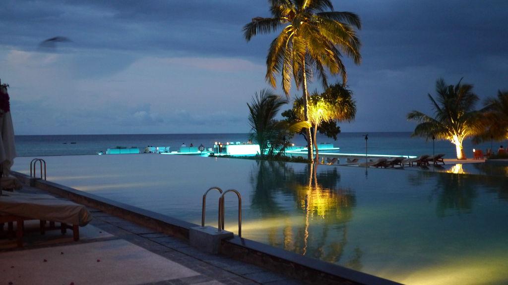 夜晚的主泳池