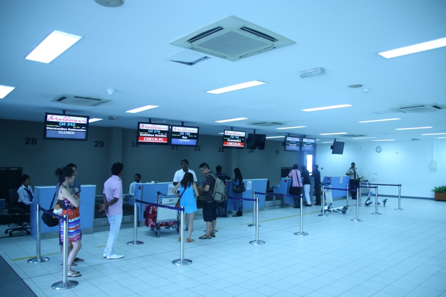 國內機場報到櫃台~飯店的服務人員會幫妳畫好位&掛行李~