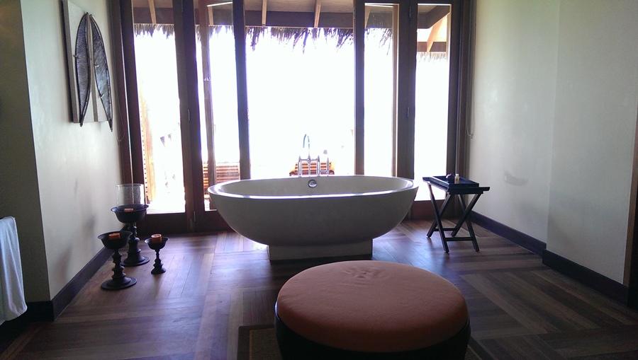浴室推開門就是陽台跟大海