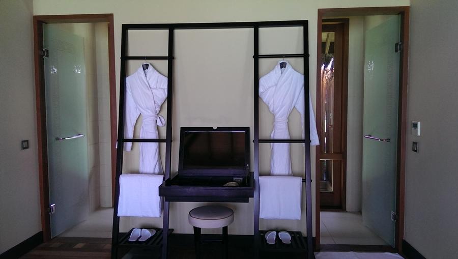 梳妝台跟浴袍