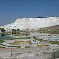 山下的游泳池