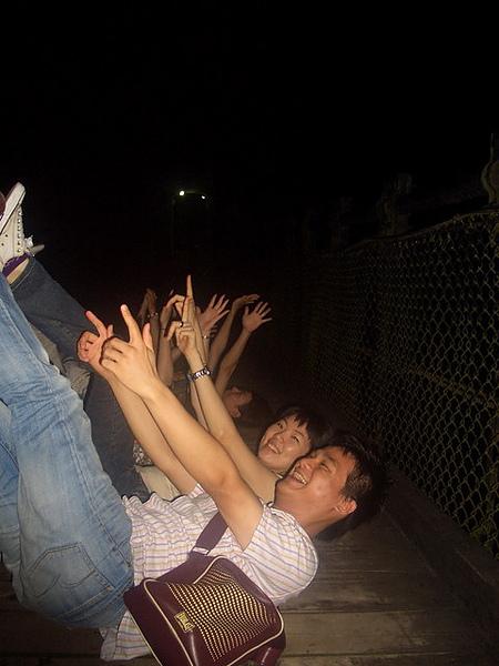 躺在吊橋上唱歌看星星