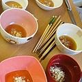沾料是~麻油+蒜頭+雞粉