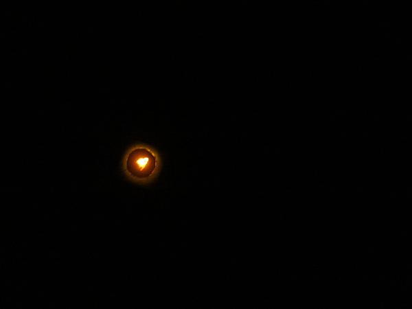 載著一顆愛心的火球