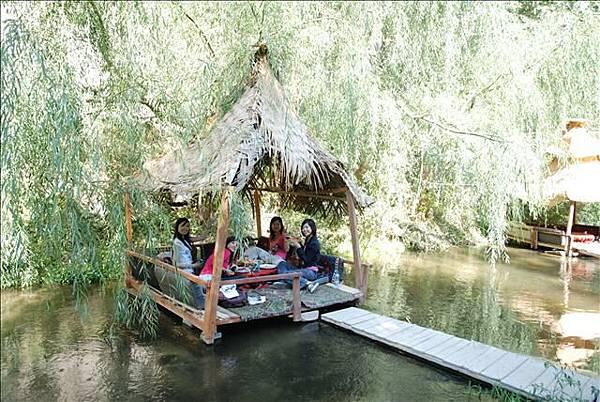 不過在河上吃飯還算酷