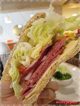 維圖思咖啡~愛摩塔起司牛肉三明治近拍.JPG