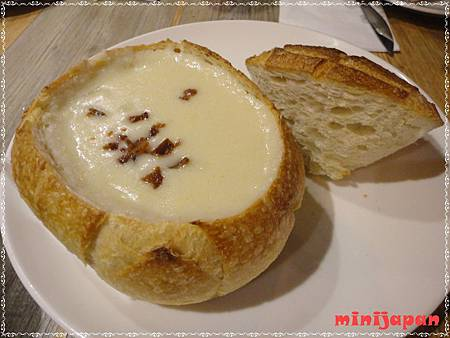 Bakery49~漁人碼頭蛤蠣湯+麵包碗.JPG