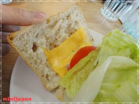 HOLD JUICE~裸麥鮮蔬燻雞內餡.JPG