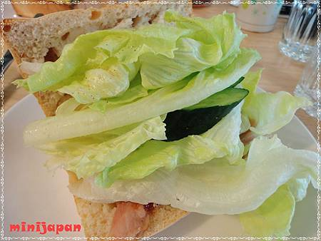 HOLD JUICE~裸麥鮮蔬燻雞內餡拍.JPG