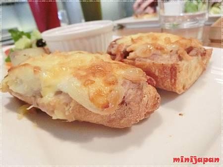 七三茶堂~熱融芋香乳酪法國麵包側拍.JPG