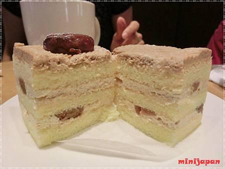星巴克~黑糖栗子蒙布朗蛋糕切開.JPG