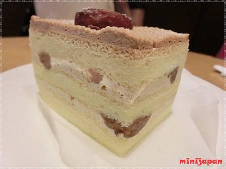 星巴克~黑糖栗子蒙布朗蛋糕側拍.JPG