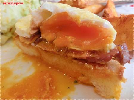 紗汀娜好食~法式烤牛排班尼迪克餐切面.JPG