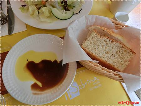 紗汀娜好食~附餐麵包.JPG