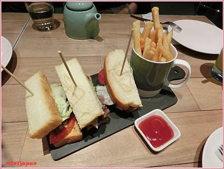 椅子~認真的烤牛肉三明治.JPG