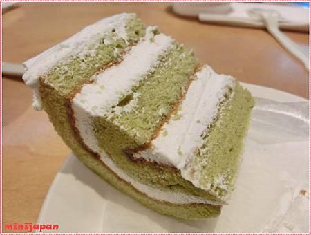 星巴克~抹茶蛋糕捲切開.JPG