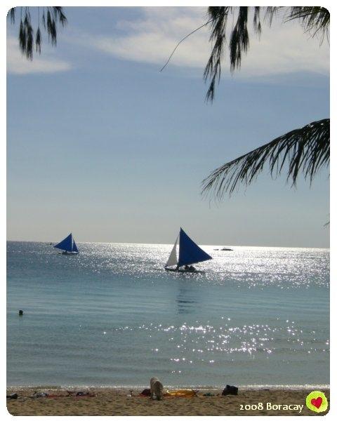 風帆在波光粼粼的海面上