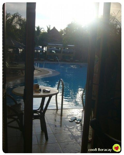 REGENCY 的房間  從陽台走出去就是游泳池