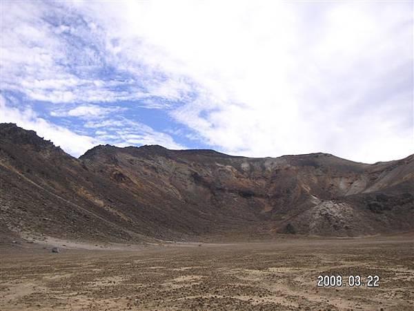 被火山包圍的一個凹地