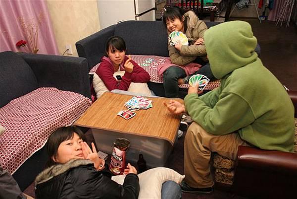 玩牌之餘還是要喝酒吃零食