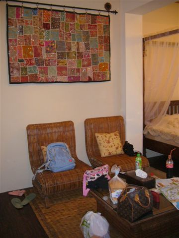 被我們行李搞的一團亂的雅致客廳