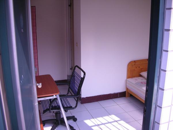 從門口往房間看,左邊是衣櫥和書桌,右邊是3.5呎的單人床