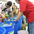 店內擺著六個大水桶,裝滿了冰塊和冷飲