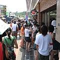 路邊的7-11更是擠滿了遊客