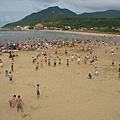 整個沙灘上都是人