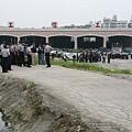 警察從機房處開始集結