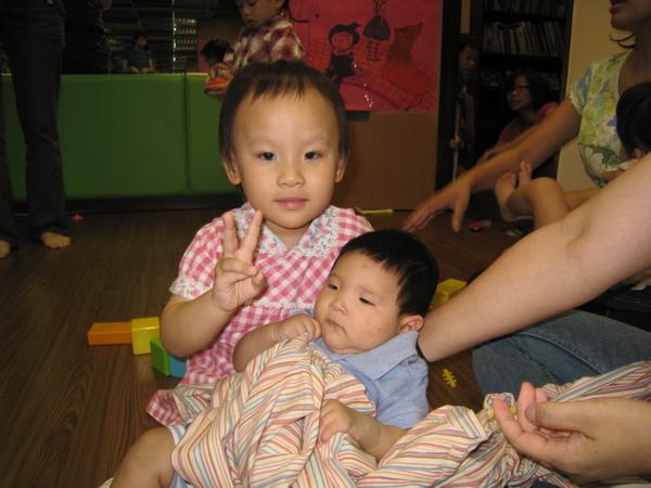 教室小朋友羿瑄姊姊抱弟弟